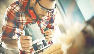 Tømrer arbejder på sit værkstøj