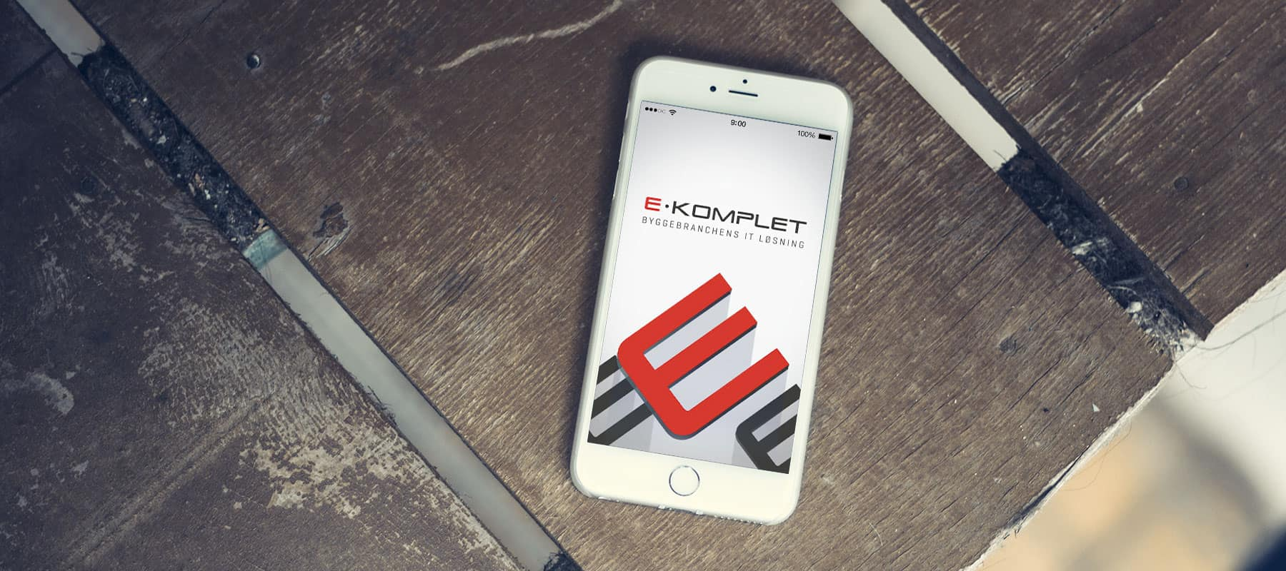 E-Komplet app på mobil på bord