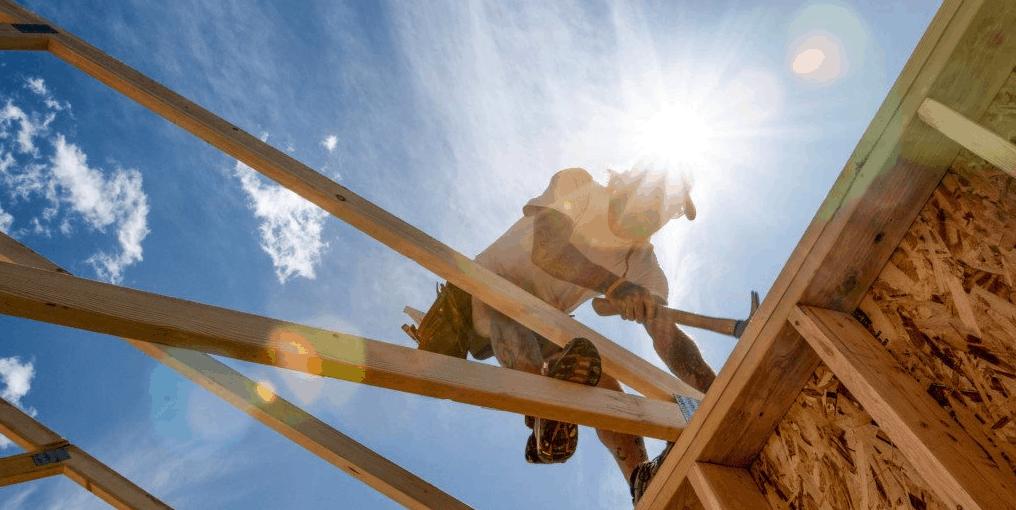 Tømrer arbejder på tagkonstruktion
