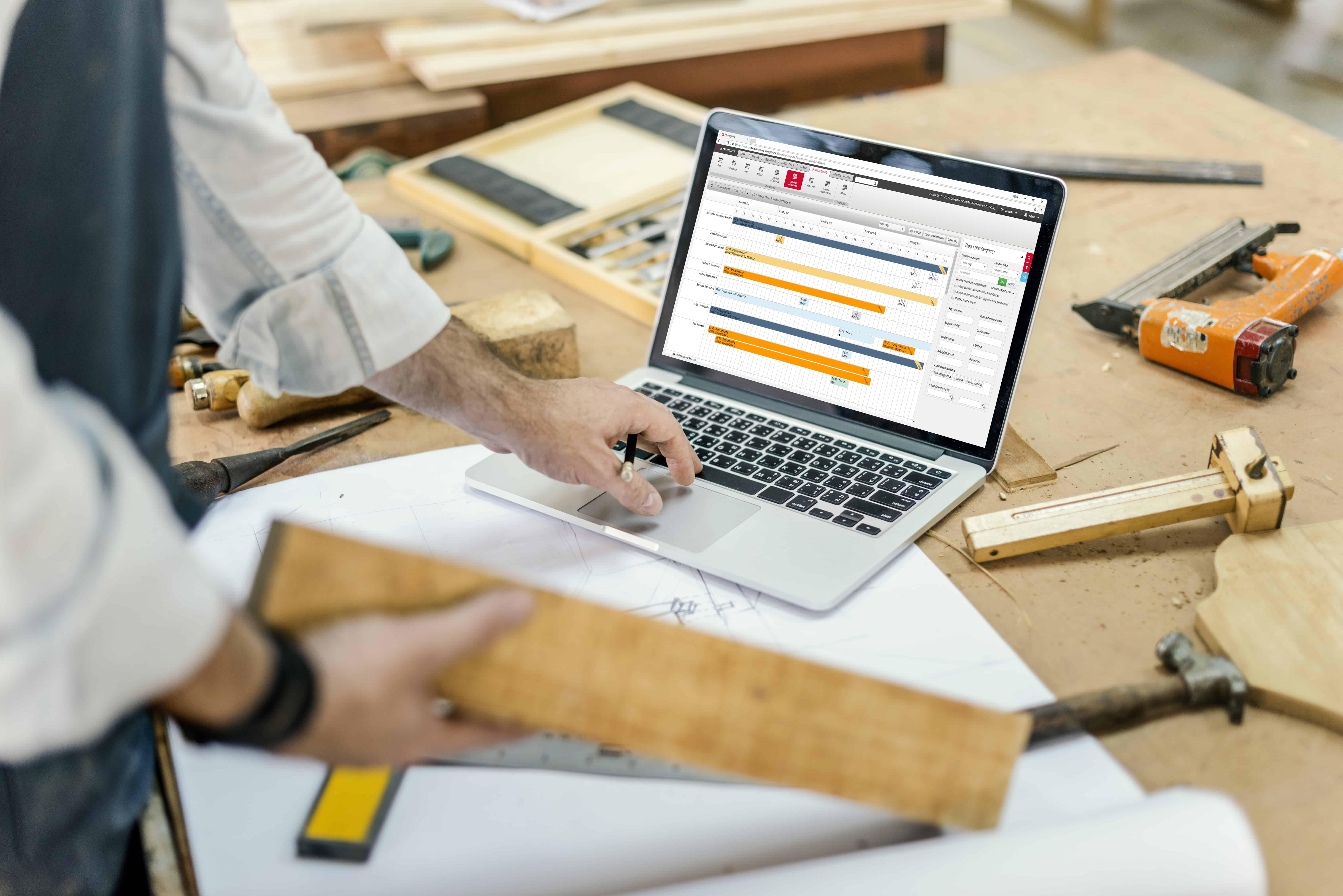 Tømrer bruger E-Komplet på computer