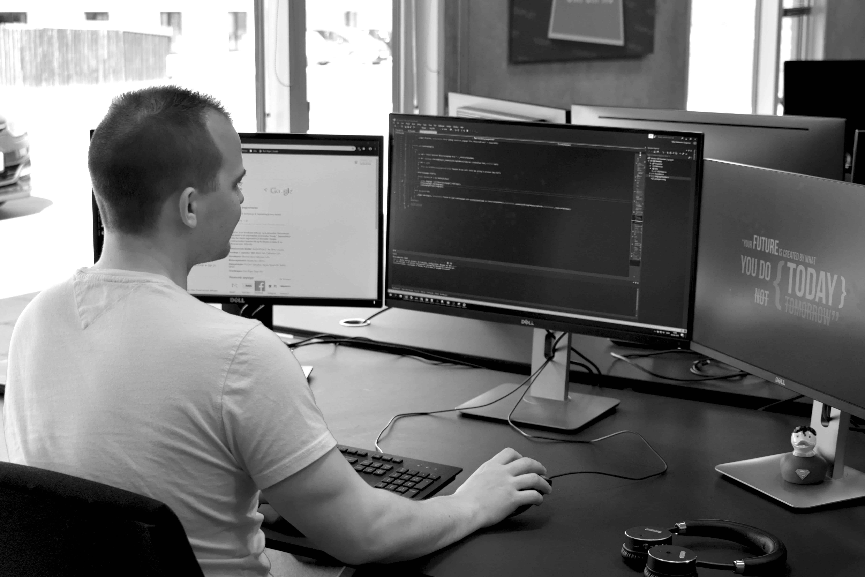 Mike arbejder foran sine skærme
